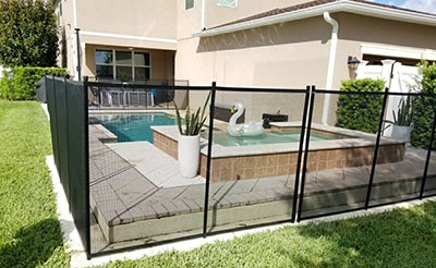 safety fence for pools with a self-closing gate